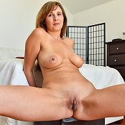 Lovely Milf Spreads Her Twat