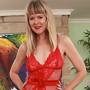 Mature Slut Shows Her Tempting Curves with Jamie Foster